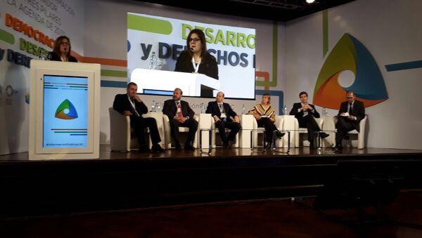 La periodista paraguaya Mabel Rehnfeldt modera el panel sobre democracia en el que participa además Edison Lanza entre representantes de los gobiernos argentino y uruguayo, del PNUD y de Brasil - Sputnik Mundo