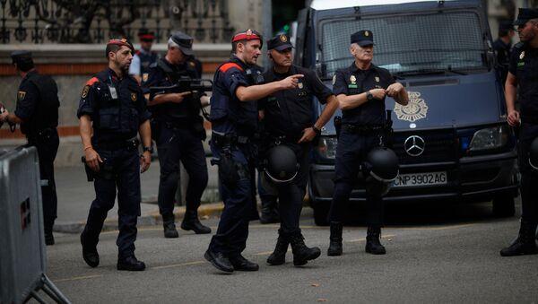 A Mossos d'Esquadra's (Catalan regional police) officer talks to a Spanish National Police officer - Sputnik Mundo