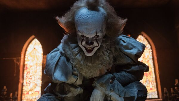 Bill Skarsgard in a scene from It. - Sputnik Mundo
