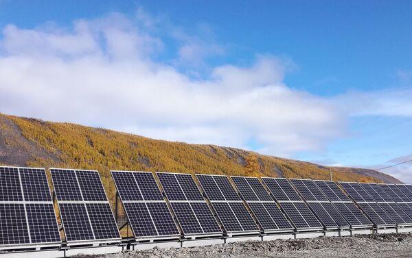 Una central solar en la aldea de Sebian-Kuel, en la república de Yakutia - Sputnik Mundo