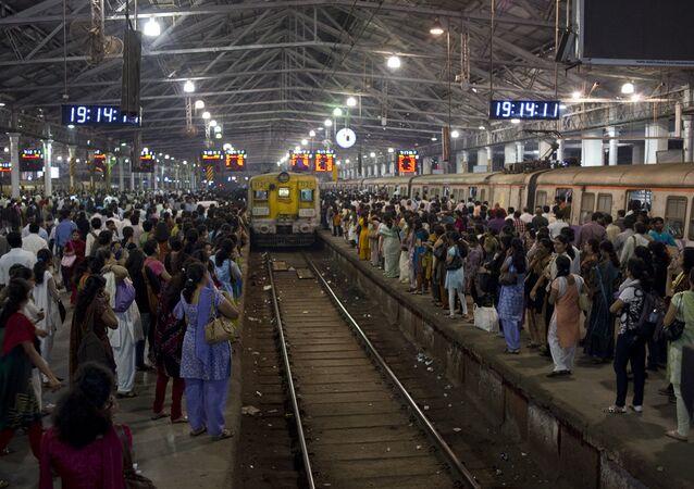 Estación ferroviaria en Bombay, la India (imagen referencial)