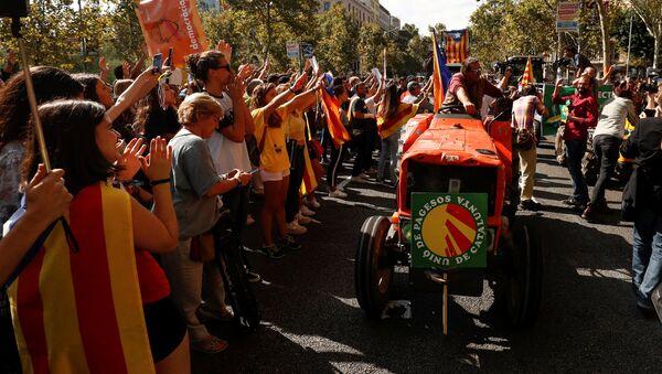 Agricultores en tractores se reúnen en apoyo al referéndum catalán - Sputnik Mundo