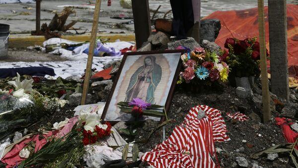 Homenaje a las víctimas del terremoto en México - Sputnik Mundo