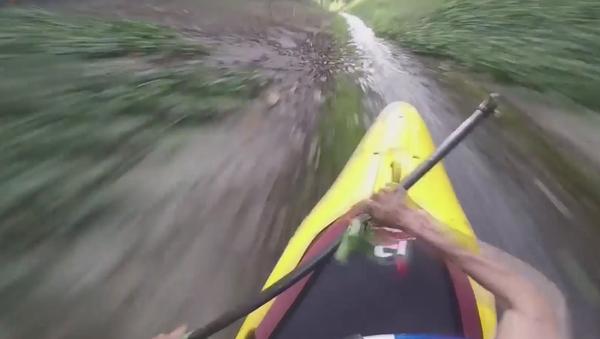 Deportistas se deslizan en kayak por desagüe hasta desembocar en un lago - Sputnik Mundo