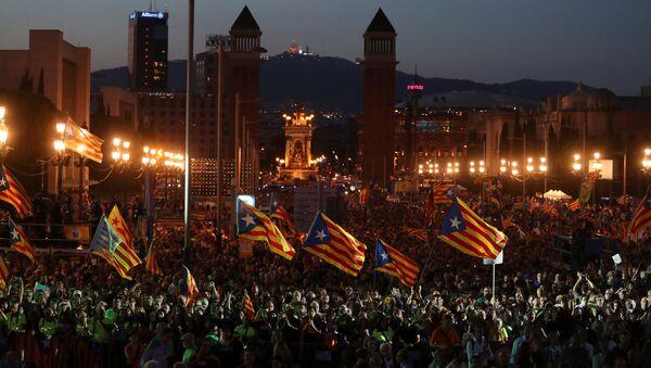 Acto a favor del referéndum para la independencia de Cataluña celebrado en Barcelona, España - Sputnik Mundo
