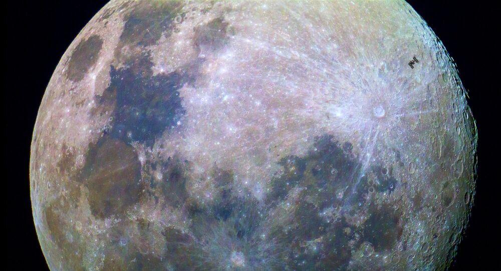 La Estación Espacial Internacional con la Luna en el fondo (imagen referencial)