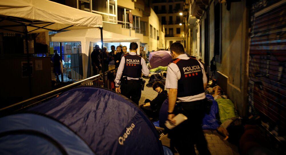 Los Mossos d'Esquadra en un colegio catalán