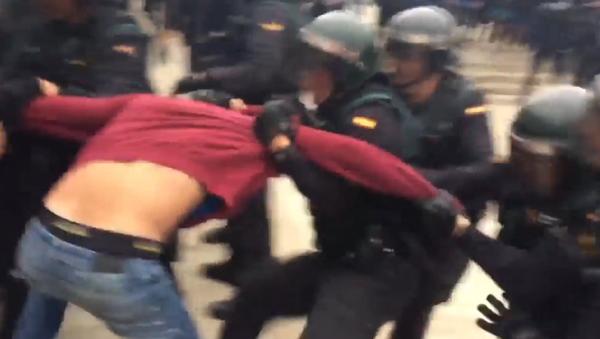 Fuertes imágenes: tensión entre policía y votantes del referéndum en Barcelona - Sputnik Mundo