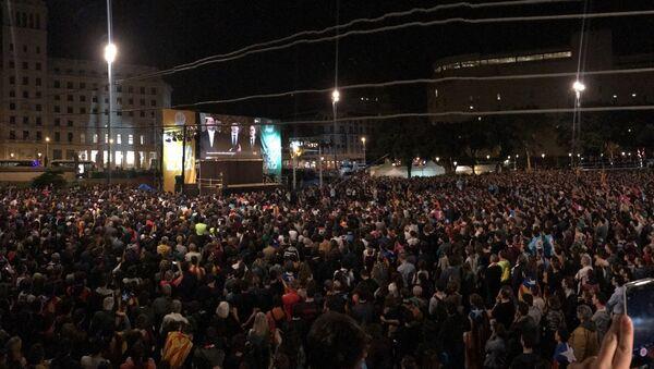 Miles de personas se congregan en Plaza Cataluña para celebrar el referéndum - Sputnik Mundo
