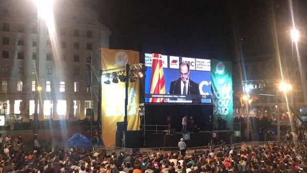 Miles de personas se congregan en Plaza Cataluña para 'celebrar' el referéndum - Sputnik Mundo