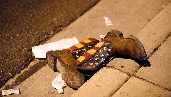 Las botas con la bandera de EEUU en la cale tras el tiroteo en Las Vegas - Sputnik Mundo