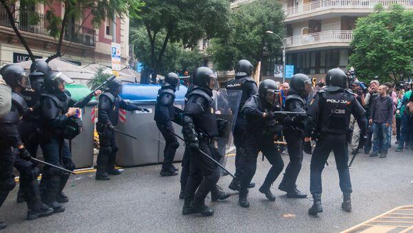 Policía de España durante el referéndum en Cataluña - Sputnik Mundo