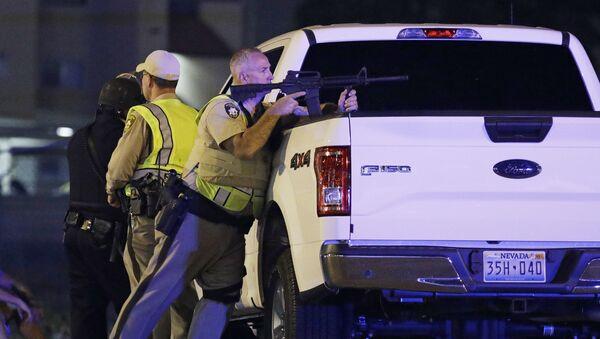Policías estadounidenses en el lugar del tiroteo en Las Vegas, EEUU - Sputnik Mundo