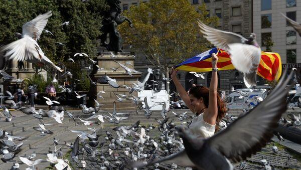 Una mujer con la bandera de Cataluña - Sputnik Mundo