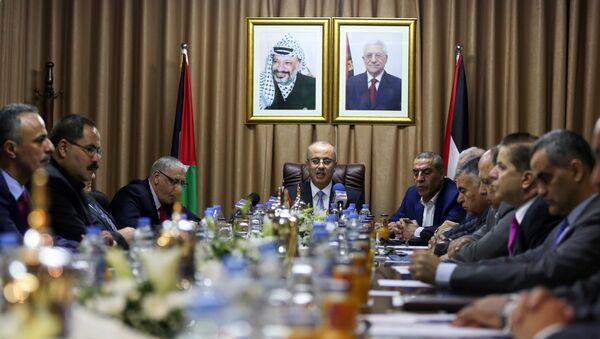 El primer ministro Rami Hamdallah preside la reunión del Gobierno palestino en Gaza - Sputnik Mundo