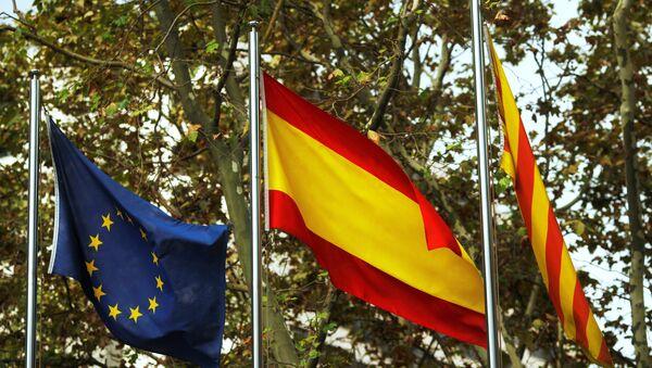 Las banderas de la UE, España y Cataluña - Sputnik Mundo