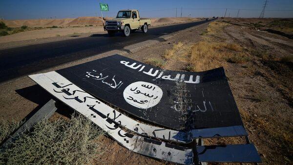 Un señal con el logo de Daesh - Sputnik Mundo
