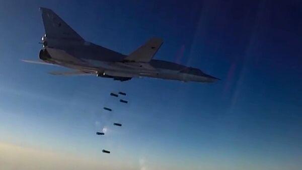 Un avión Tu-22M3 lanza bombas sobre las posiciones de los terroristas en Siria - Sputnik Mundo