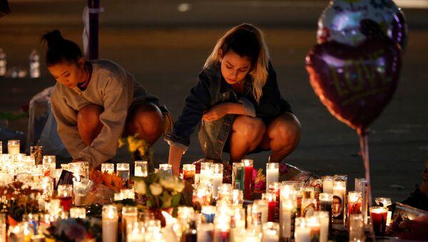 La gente rinde homenaje a las víctimas del tiroteo en Las Vegas, EEUU - Sputnik Mundo