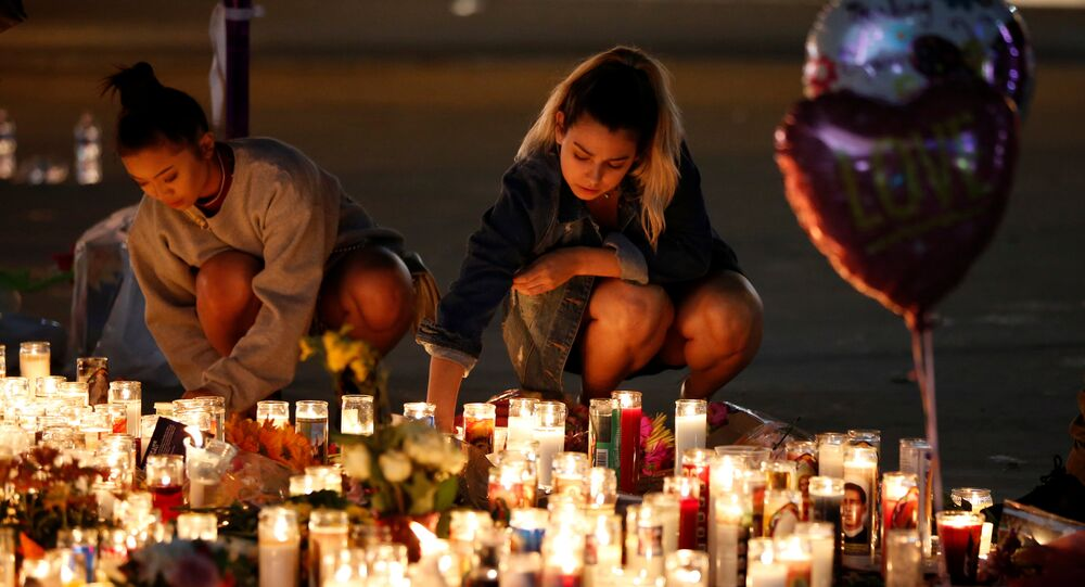 La gente rinde homenaje a las víctimas del tiroteo en Las Vegas, EEUU