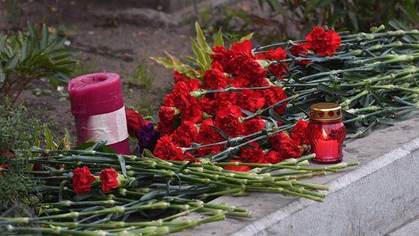 Las flores cerca de la Embajada de EEUU en Moscú en homenaje a las víctimas del tiroreo - Sputnik Mundo