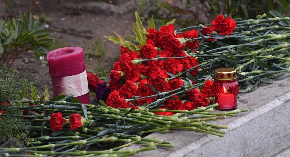 Las flores cerca de la Embajada de EEUU en Moscú en homenaje a las víctimas del tiroreo