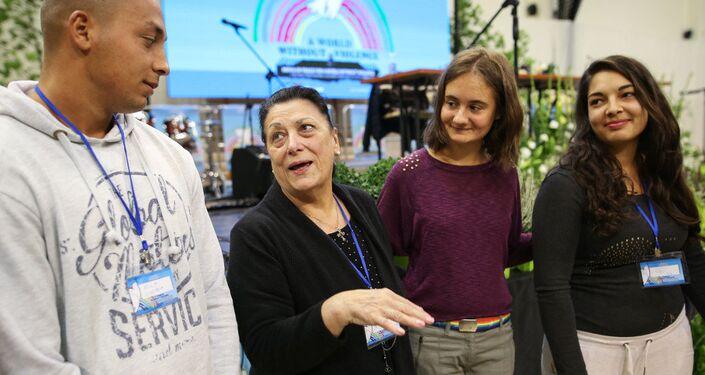 Rita Prigmore con gente joven