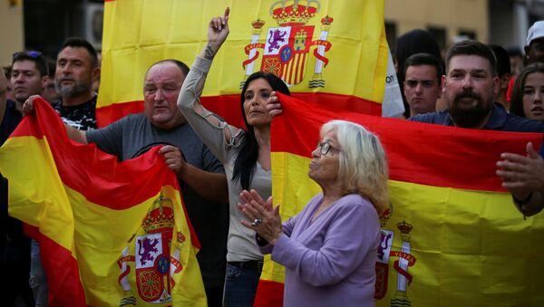 Partidarios de la Policía nacional con banderas de España - Sputnik Mundo