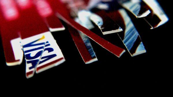Una tarjeta de crédito cortada (imagen referencial) - Sputnik Mundo