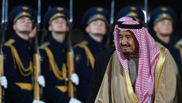 El rey de Arabia Saudí, Salman bin Abdulaziz Saud, llega a Moscú, Rusia - Sputnik Mundo
