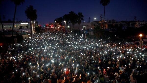 Personas rindiendo homenaje a las víctimas del tiroteo en Las Vegas - Sputnik Mundo