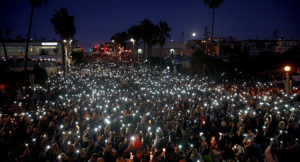 Personas rindiendo homenaje a las víctimas del tiroteo en Las Vegas