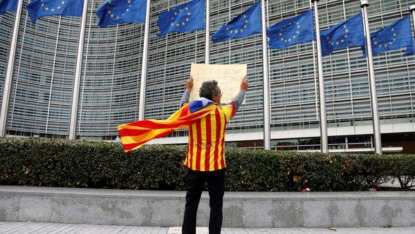 El partidario de la independencia de Cataluña enfrente del edificio de la Comisión Europea en Bruselas (archivo) - Sputnik Mundo