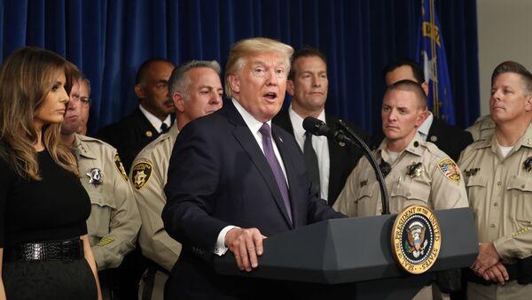 Donald Trump, presidente de EEUU con la Policía de Las Vegas, EEUU - Sputnik Mundo