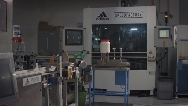 Adidas finaliza planta robotizada para zapatillas exclusivas - Sputnik Mundo
