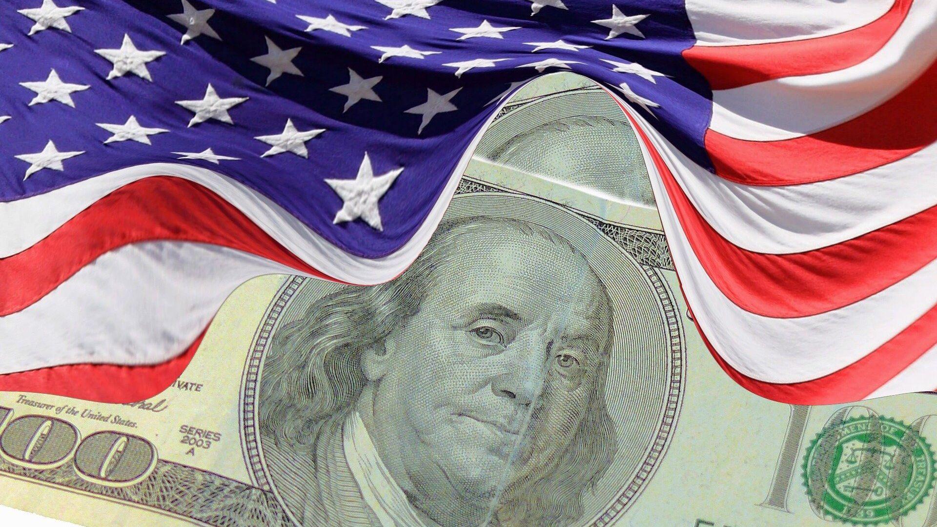 El dólar (moneda de EEUU) y la bandera estadounidense - Sputnik Mundo, 1920, 16.07.2021