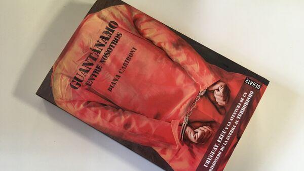 El libro 'Guantánamo entre nosotros', escrito por Diana Cariboni, redactora jefa de la mesa Américas de Sputnik. - Sputnik Mundo