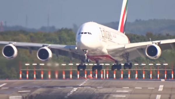 El Airbus A380 de pasajeros efectuó un brusco aterrizaje en Düsseldorf - Sputnik Mundo