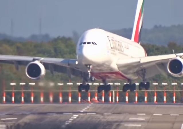 El Airbus A380 de pasajeros efectuó un brusco aterrizaje en Düsseldorf