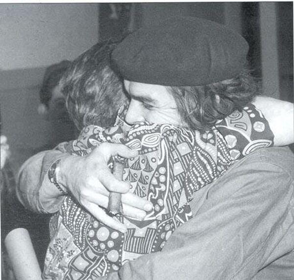El Che Guevara se abraza con su madre - Sputnik Mundo