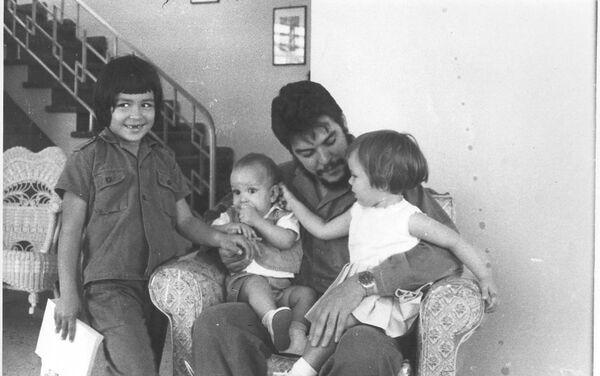 El Che Guevara con sus hijos - Sputnik Mundo