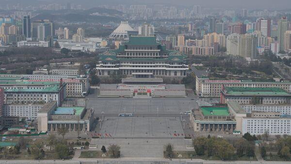 Plaza Kim Il-sung y la biblioteca central de Pyongyang, capital de Corea del Norte - Sputnik Mundo