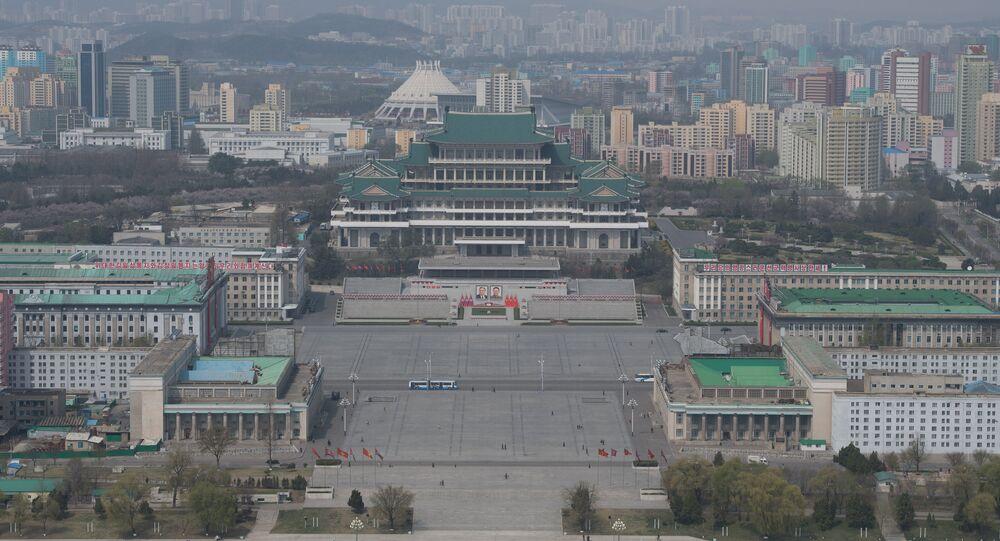 Plaza Kim Il-sung y la biblioteca central de Pyongyang, capital de Corea del Norte