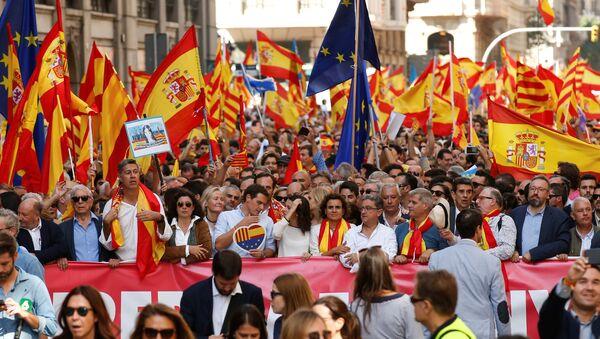 Manifestantes marchan contra la independencia catalana en Barcelona - Sputnik Mundo