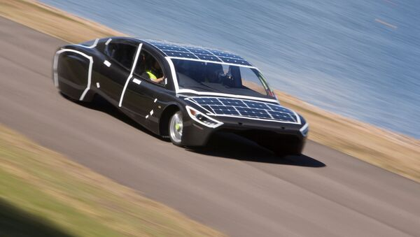Un auto a energía solar durante una carrera en Australia - Sputnik Mundo