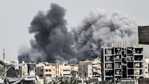 Ataque en Al Raqa, Siria, llevado a cabo por las fuerzas, apoyadas por EEUU en Siria - Sputnik Mundo