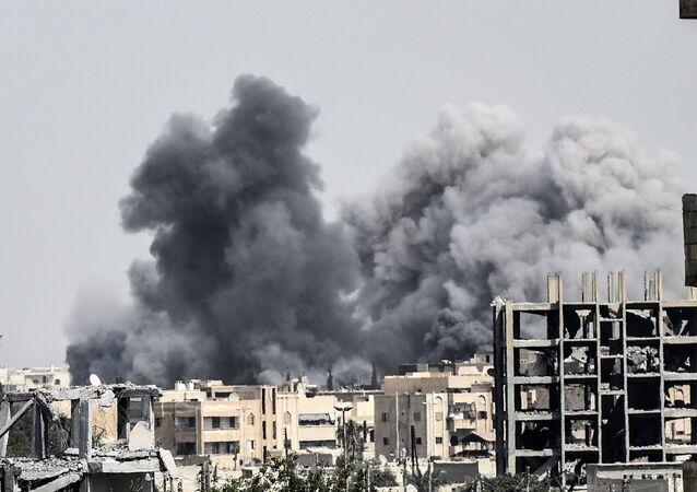 Ataque en Al Raqa, Siria, llevado a cabo por las fuerzas, apoyadas por EEUU en Siria