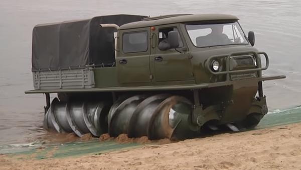El vehículo todoterreno ZVM-2901 sobre 'brocas' - Sputnik Mundo