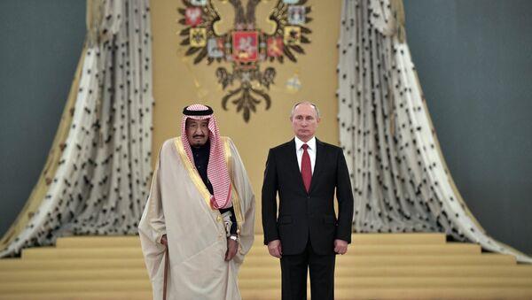 El presidente de Rusia, Vladímir Putin (derecha), y el rey de Arabia Saudí, Salman bin Abdulaziz Saud - Sputnik Mundo