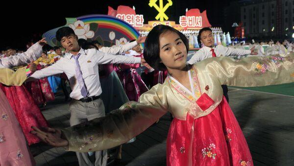 Norcoreanos danzan en Pyongyang para celebrar el 20 aniversario de la elección de Kim Jong-il  como líder del país - Sputnik Mundo